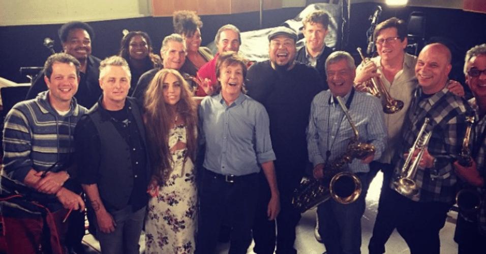 Lady Gaga e Paul McCartney se unem para gravar nova canção. Cantora postou imagem do studio no Instagram