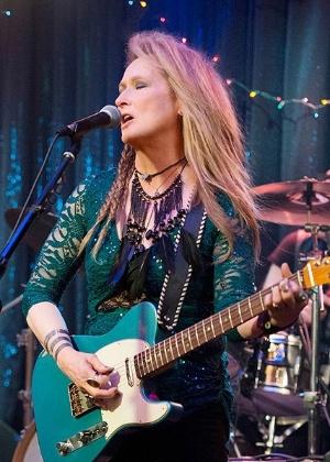 """Meryl Streep é fotografada tocando guitarra no filme """"Ricki and the Flash"""" - Reprodução/People"""