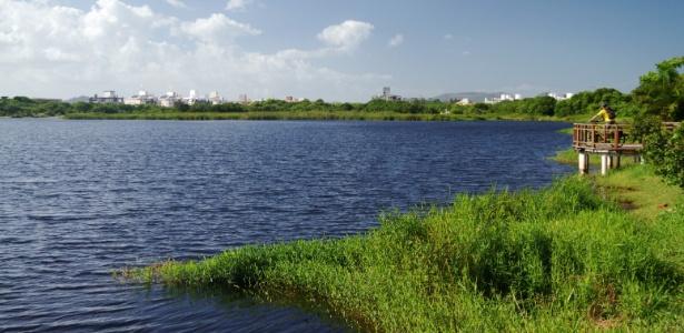 Praia no Campeche, no sul de Florianópolis, uma das áreas que teria construções clandestinas regularizadas pelo decreto do prefeito