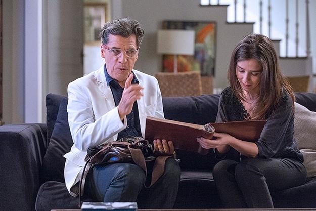Teo Pereira (Paulo Betti) faz acordo com Cora (Marjorie Estiano): a megera dá o seu álbum de recortes para perder sua virgindade com o Comendador