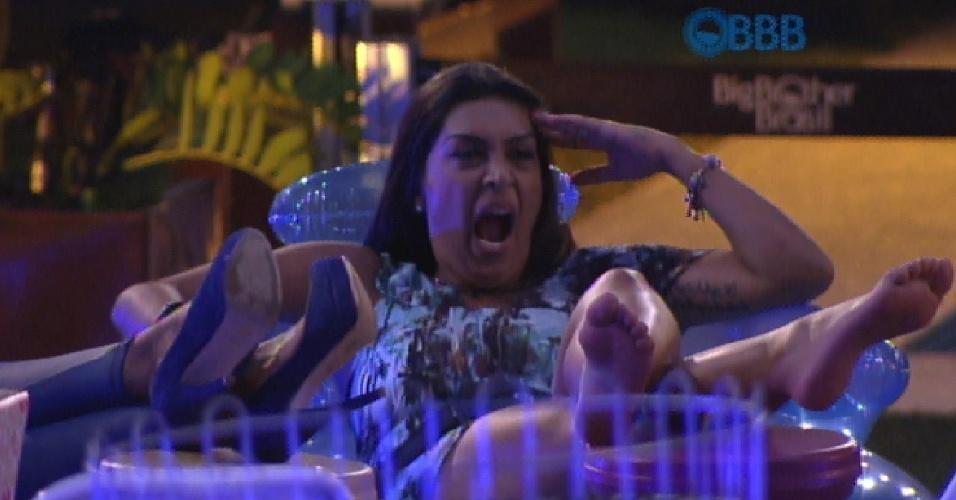 05.fev.2015 - Amanda boceja durante a festa Espetinho na Laje e mostra o clima dos brothers