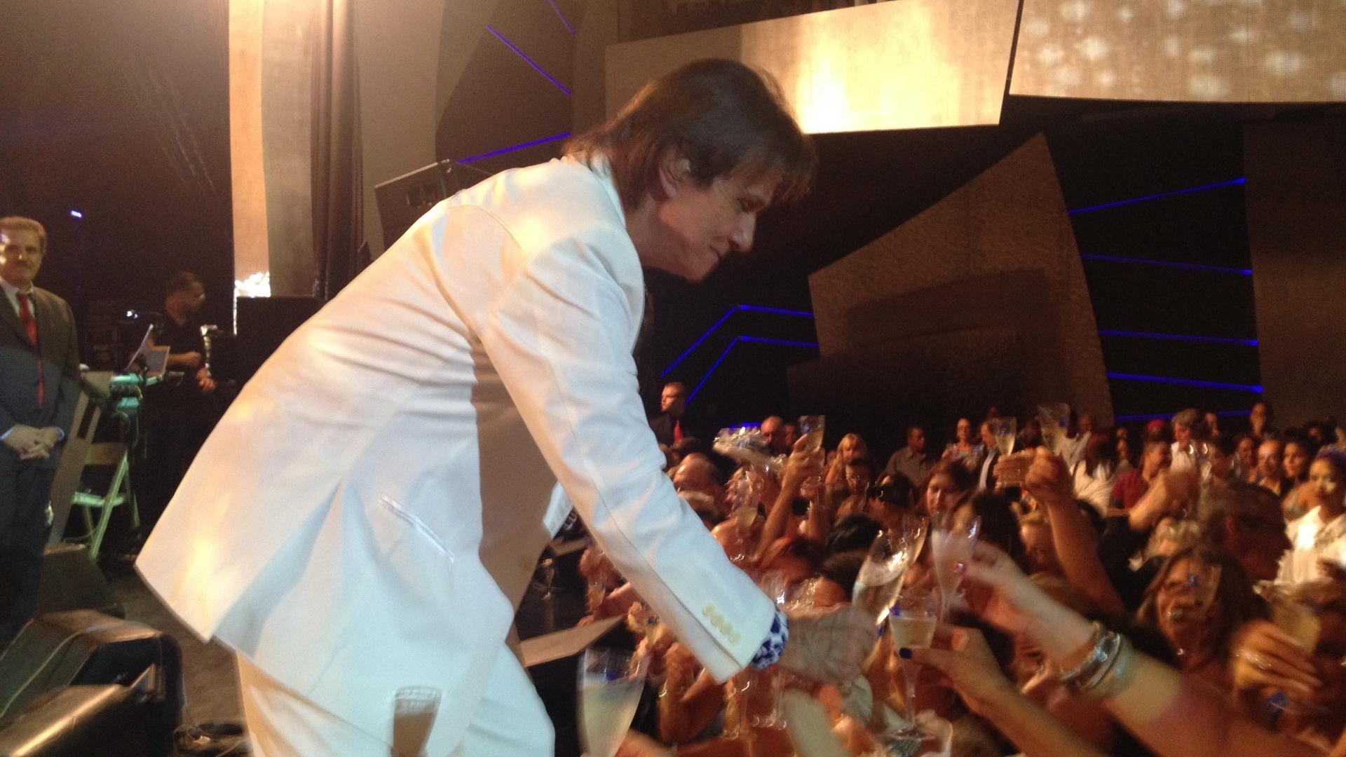 04.fev.2015 - O cantor Roberto Carlos brinda com fãs em seu show no cruzeiro