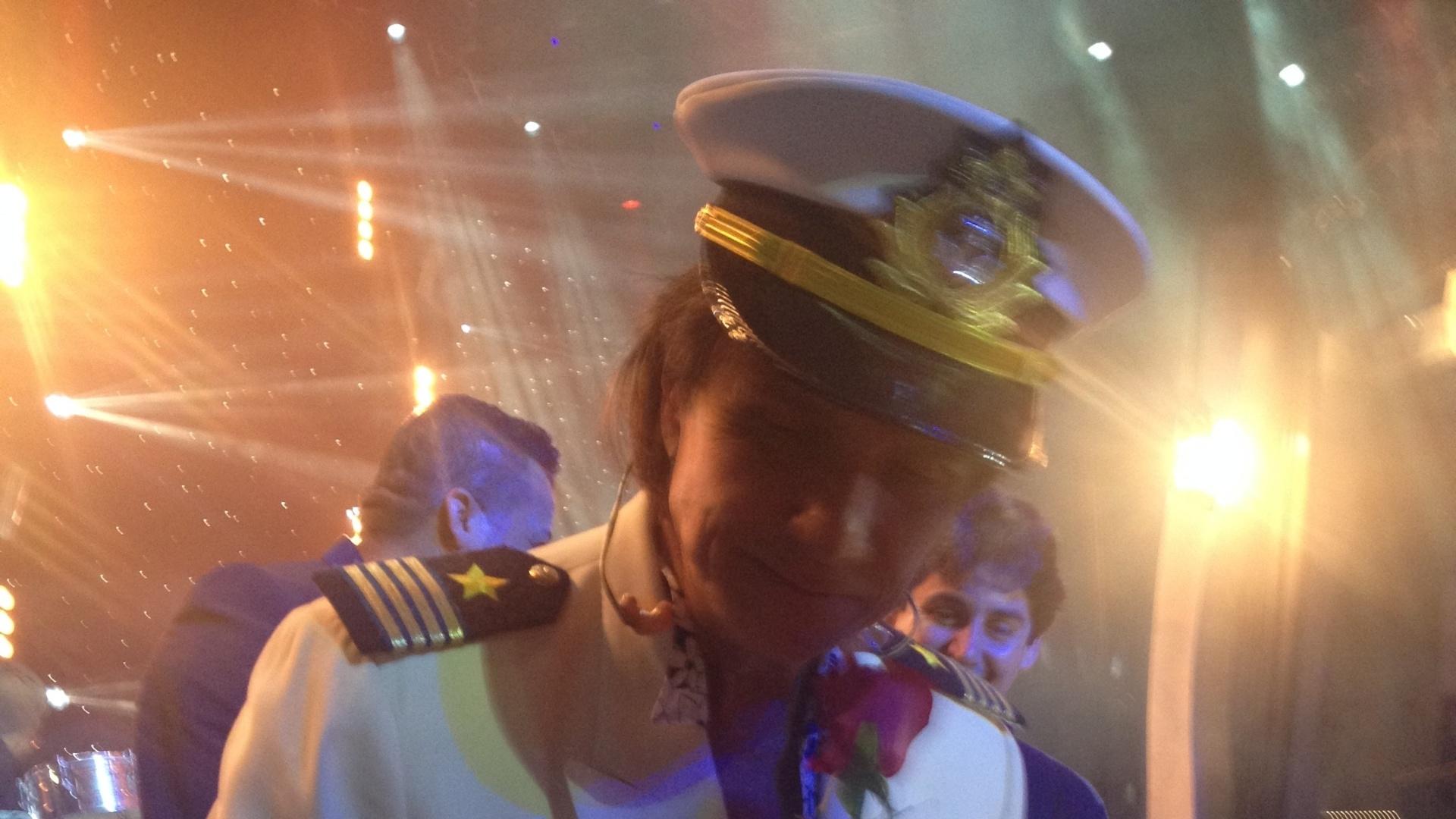 04.fev.2015 - O cantor Roberto Carlos distribui rosas vermelhas para fãs, um dos momentos mais esperados de seus shows