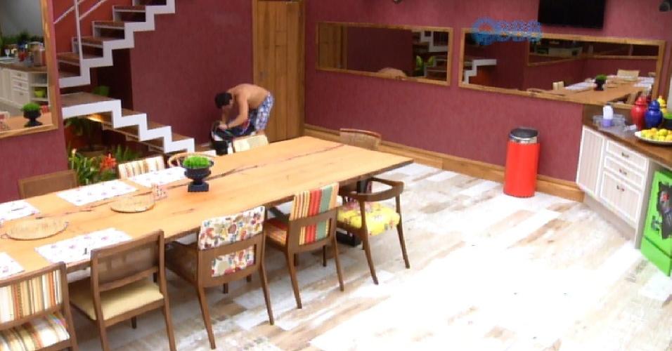 05.fev.2015 - Adrilles mais uma vez acorda no meio da madrugada e leva mala para a cozinha para procurar algo