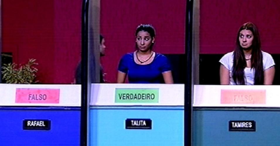 """5.fev.20115 - Tamires (à dir.) é eliminada da terceira prova do líder do """"BBB15"""" após atribuir a opção falso para a frase """"uma hora tem 3.600 segundos"""""""
