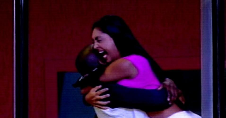 """5.fev.2015 - Amanda é abraçada por Angélica após vencer prova de conhecimentos gerais e conquista a terceira liderança do """"BBB15"""""""