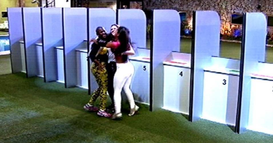 """5.fev.2015 - Após conquistar a liderança em prova de conhecimentos gerais, Amanda comemora abraçando Angélica e Tamires no """"BBB15"""""""