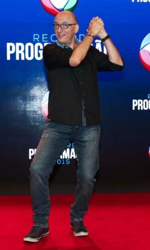 5.fev.2015 - Britto Jr. faz pose divertida ao chegar para apresentação da programação 2015 da Record, em São Paulo