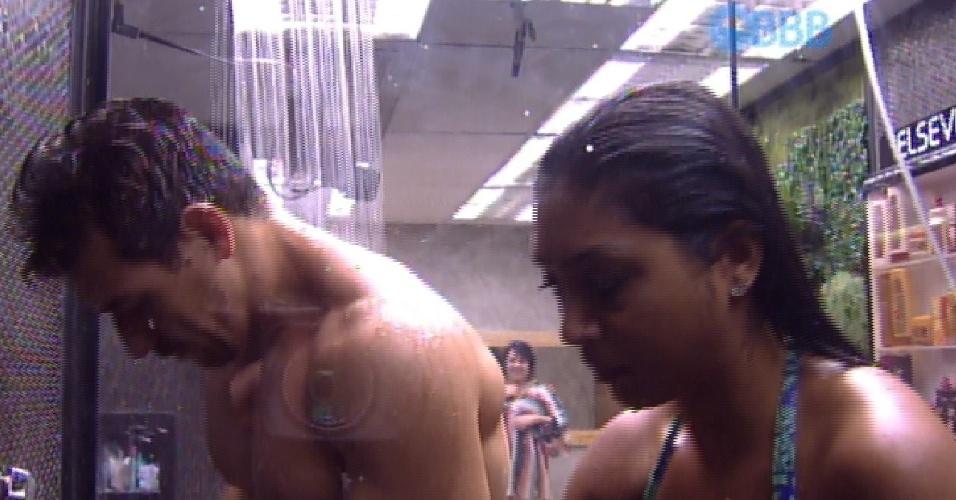 5.fev.2015 - Cézar e Amanda tomam banho junto após atividade