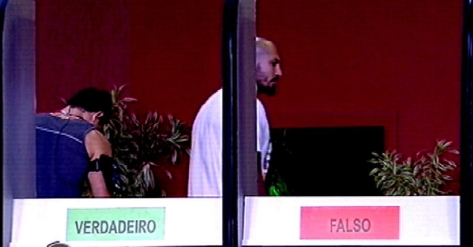 """5.fev.2015 - Cézar e Fernando dão resposta errada na segunda rodada de afirmações da prova do líder e são desclassificados da terceira disputa pela liderança do """"BBB15"""""""