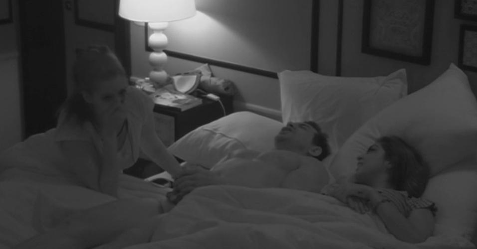 5.fev.2015 - Deitado na cama, Cézar dá cantada em Tamires