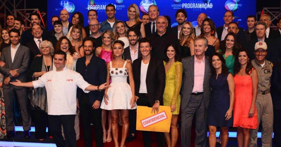5.fev.2015 - Elenco e equipe da Record posam juntos em evento para anunciar a programação 2015 da emissora, em São Paulo