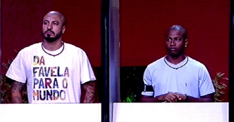 """5.fev.2015 - Fernando e Luan aguardam o início da terceira prova do líder do """"BBB15"""", que testa os conhecimentos gerais dos brothers"""