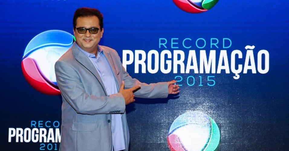 5.fev.2015 - Geraldo Luís faz graça ao chegar para apresentação da programação 2015 da Record, em São Paulo