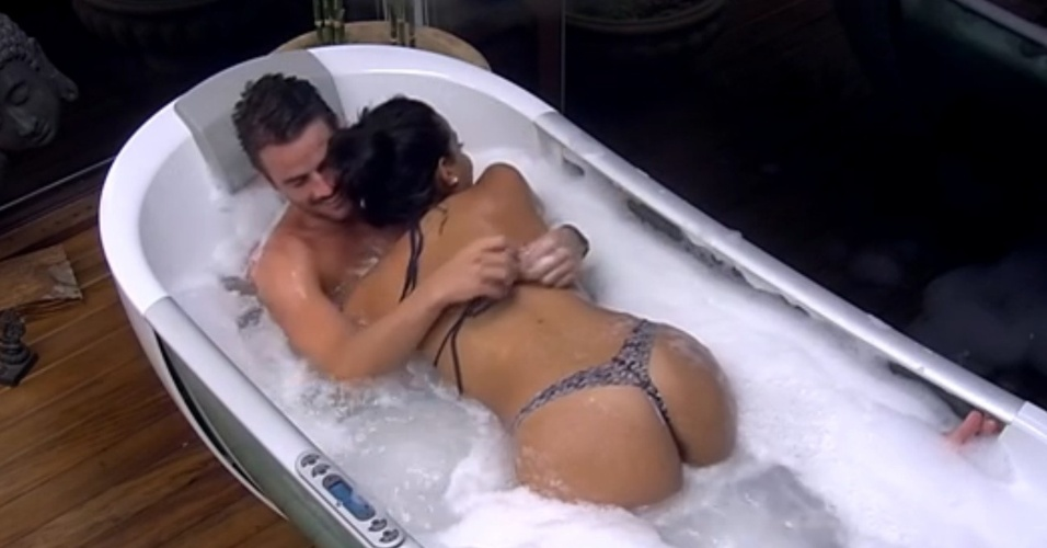 5.fev.2015 - Rafael e Talita tomam aproveitam banheira no quarto do líder