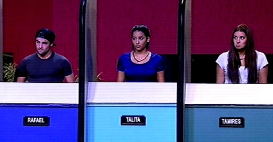 """5.fev.2015 - Rafael, Talita e Tamires ouvem as instruções para a terceira prova do líder do """"BBB15"""""""