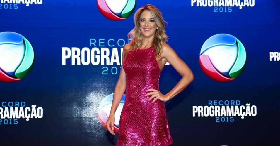 5.fev.2015 - Ticiane Pinheiro posa ao chegar na apresentação da programação 2015 da Record, em São Paulo