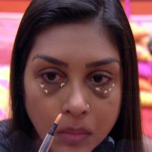 """Participante Amanda aplicando corretivo em suas olheiras na casa do """"Big Brother Brasil"""" - Reprodução/TV Globo"""