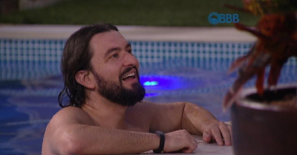 06.fev.2015 - Marco aproveita a piscina enquanto conversa com os brothers sobre religião