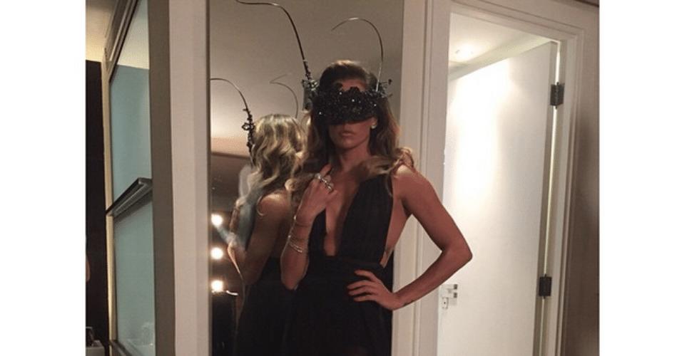 5.fev.2015 - Deborah Secco exibe a perna esquerda em uma grande fenda no vestido no Baile da Vogue, no hotel Unique, na zona sul de São Paulo, nesta quinta-feira