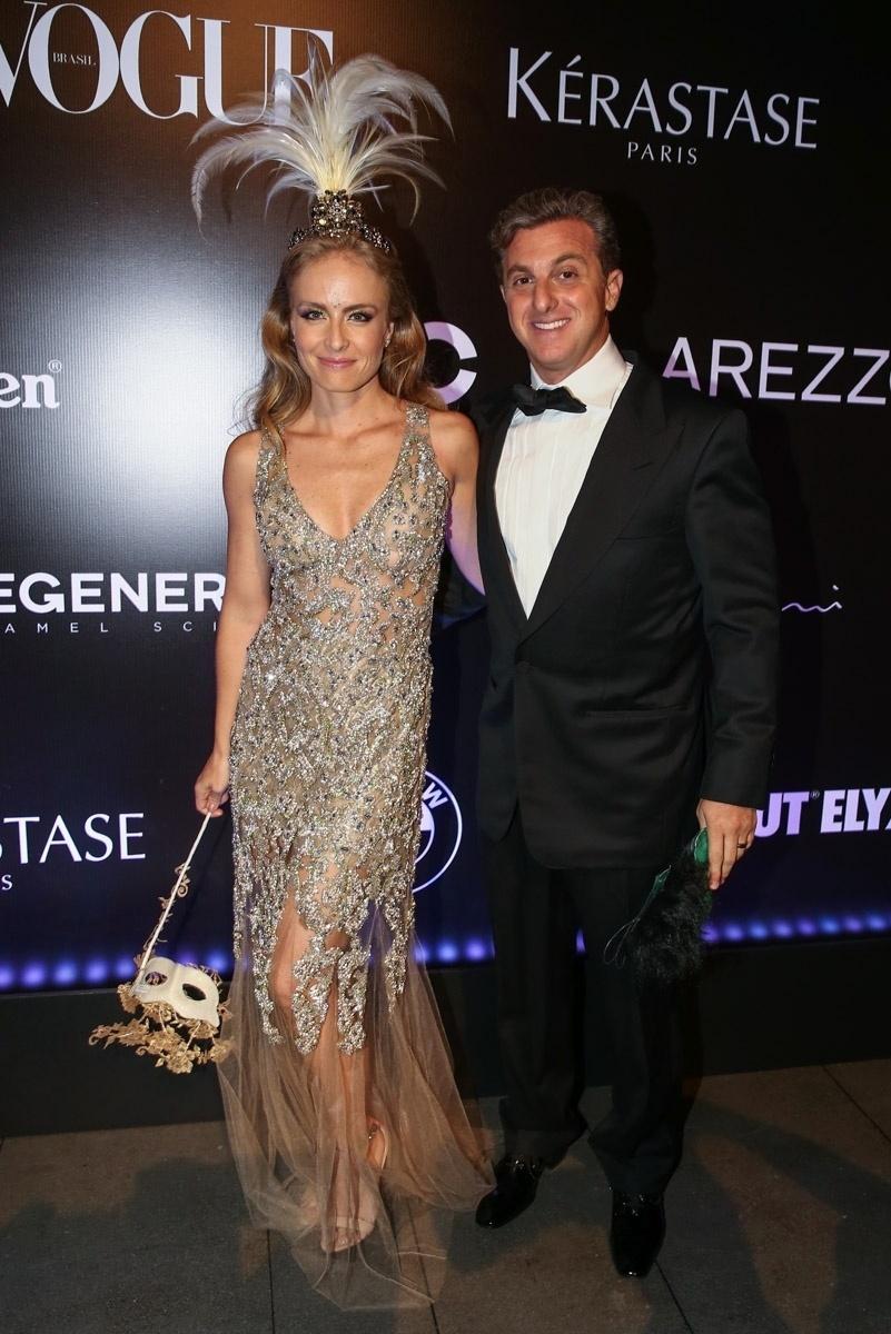 5.fev.2015 - O casal global Angélica e Luciano Huck prestigiam o Baile da Vogue, no hotel Unique, na zona sul de São Paulo, nesta quinta-feira