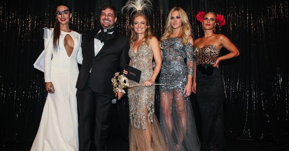 5.fev.2015 - Thaila Ayala, Bruno Astuto, Angélica, Fiorella Mattheis e Carolina Dieckmann se reúnem no palco do Baile da Vogue, no hotel Unique, na zona sul de São Paulo, na noite desta quinta-feira