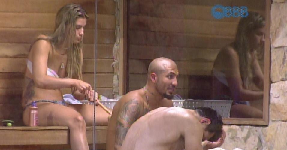 6.fev.2015 - Após tomarem um banho de chuva, Cézar, Fernando e Aline relaxam na sauna
