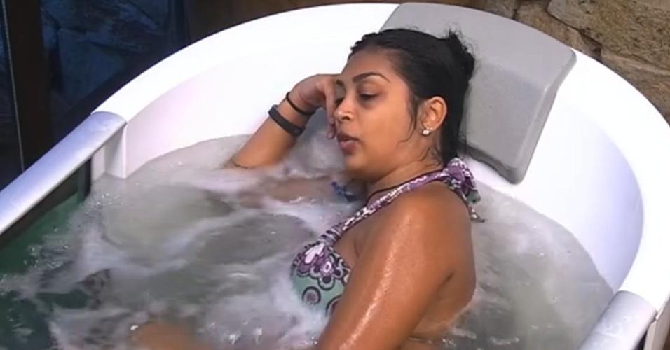 6.fev.2015 - Enquanto relaxa na banheira do quarto do líder, Amanda diz que já tem uma segunda opção caso Fernando for imunizado.
