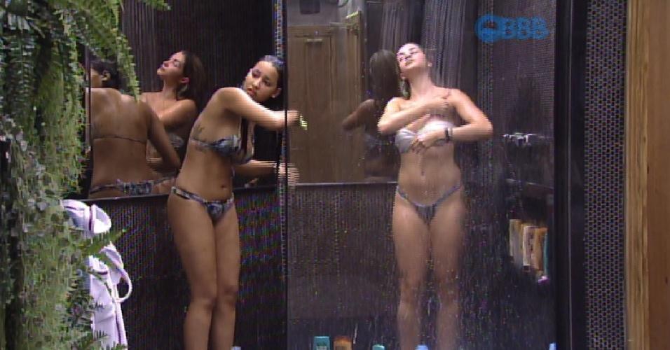 6.fev.2015 - Talita chega no banheiro e encontra Aline tomando banho. A sister decide decide tomar uma chuveirada também