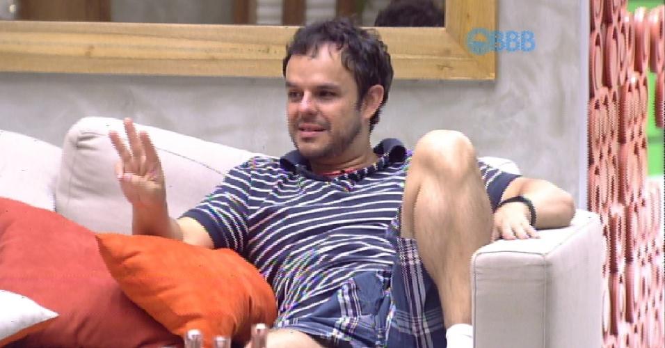 6.fev.2015 -Enquanto conversava com Fernando, Aline e Mariza, na tarde desta sexta-feira, Adrilles faz algumas confidências sexuais