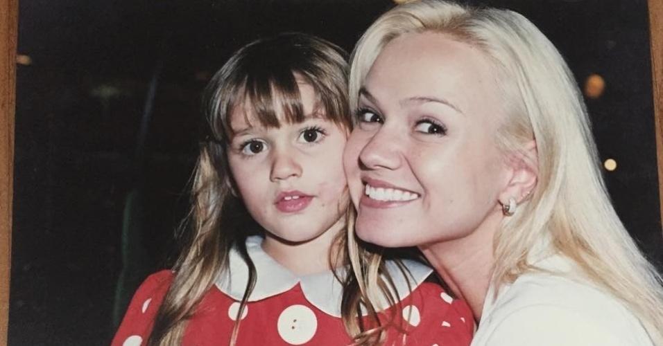 """6.fev.2015- Xuxa mostra no Facebook foto antiga de Eliana com a filha: """"Encontrei com a Eliana em Miami... ela olhou pra Sasha e disse 'como tá grande!'...Então, resolvi postar esta foto pra vocês verem como ela cresceu (hehehe mãe coruja)"""", escreveu a nova contratada da Record"""