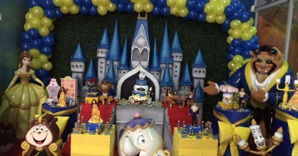 álbum princesas disney | O painel atrás da mesa do bolo da festa trazia o castelo no qual se passa a história