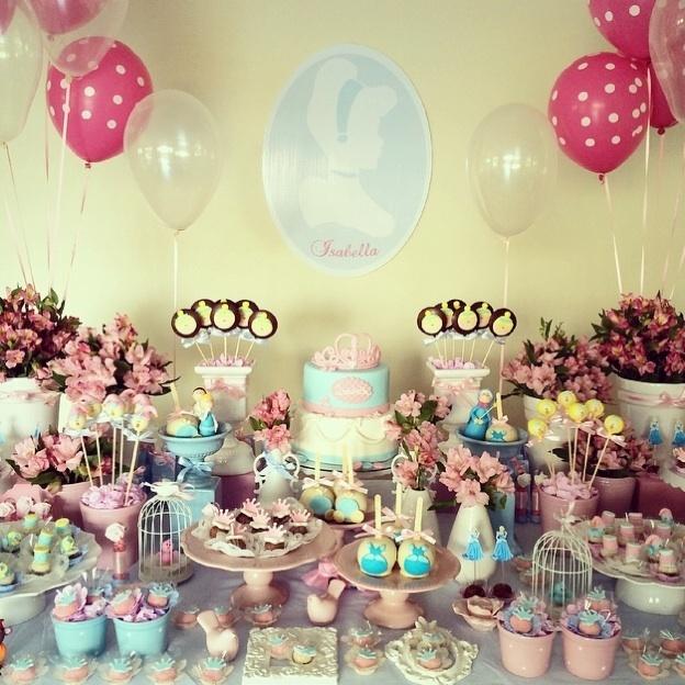 álbum princesas disney | A empresa Renata Pardo Design (www.facebook.com/renatapardodesign) criou uma decoração delicada inspirada na princesa Cinderela. Muitos laços, babados e cores em tom pastel