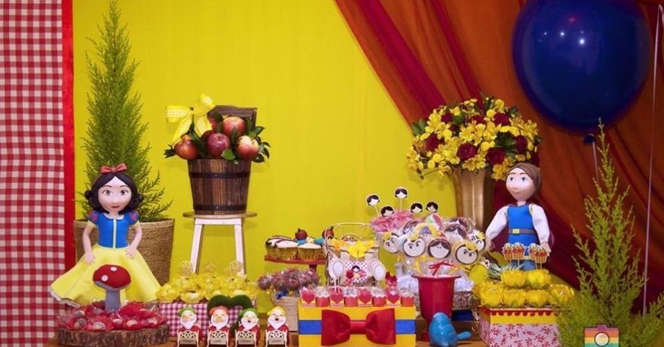 álbum princesas disney | Maçãs naturais ajudaram a compor a decoração desse aniversário com tema Branca de Neve