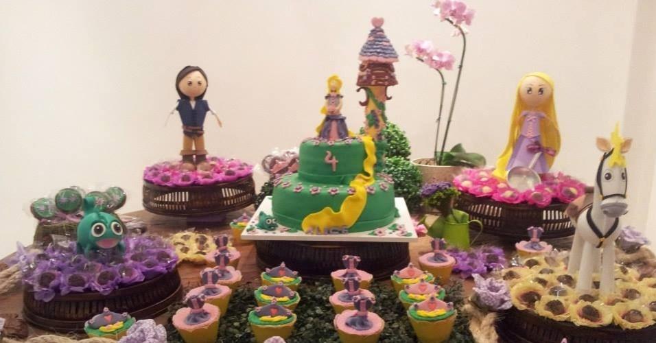 álbum princesas disney | Uma mesa repleta de doces coloridos foi a ideia de Claudia Castelo Branco para representar a princesa Rapunzel. A trança da personagem descia pelos andares do bolo