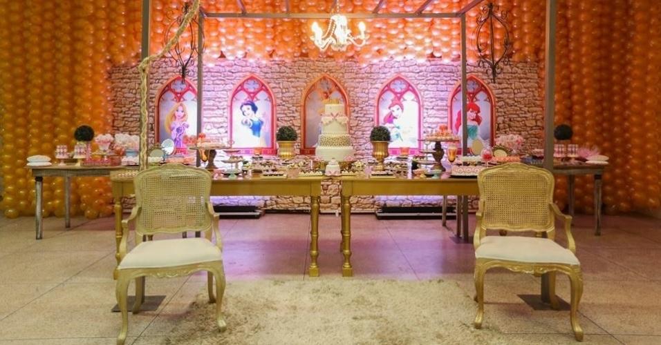 álbum princesas disney | A decoração elegante criada por Bianca Macola (www.macola.com.br) contou com detalhes em dourado, um bolo de quatro andares e o painel imitando as janelas de um castelo. Nele apareciam as princesas Rapunzel, Branca de Neve, Cinderela, Bela e Ariel