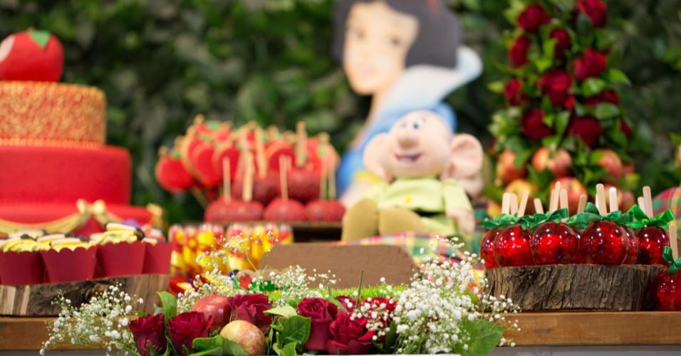 álbum princesas disney | Rosas naturais vermelhas ajudaram a criar a decoração da princesa Branca de Neve