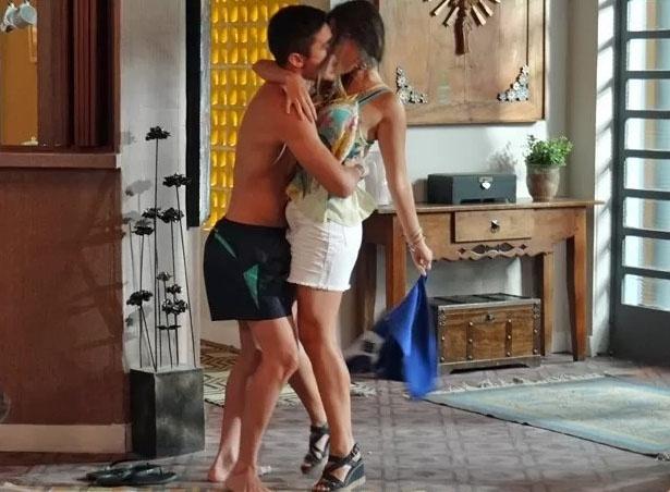 Bélgica (Giovanna Lancellotti) e Gustavo (Guilherme Leicam) acabam indo para a cama quando a morena visita o nadador