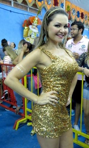 07.fev.2015 - A atriz Maísa Magalhães, que já participou de diversos filmes nacionais e novelas, mostrou samba no pé na quadra da Acadêmicos do Tucuruvi, onde aconteceu o penúltimo ensaio da escola.