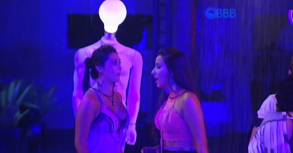 7.fev.2015 - Amanda conta para Talita que conseguiu marcar um encontrou com o manequim iluminado que decora a festa