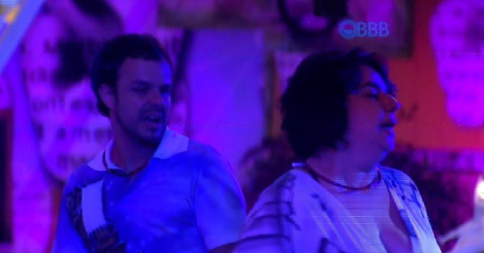 7.fev.2015 - Após uma semana tensa, Adrilles e Mariza aproveitam a pista de dança juntos