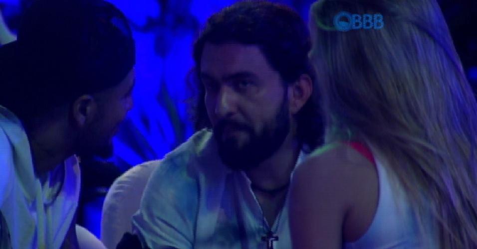 7.fev.2015 - Durante a festa, Marco conta para Aline e Fernando sobre a conversa com Bial no confessionário