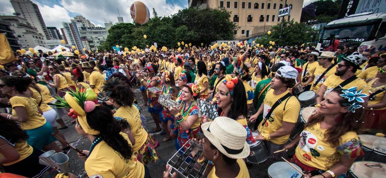 No Carnaval de 2015, membros da bateria do Bangalafumenga divertem foliões na avenida Paulo VI, que está vetada para blocos em São Paulo - Rafael Roncato / UOL