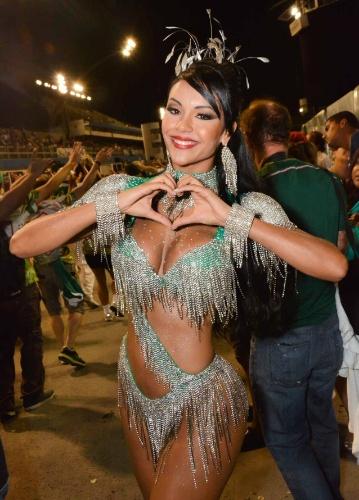 6.fev.2015 - Aline Bernardes participa do último ensaio técnico da Mancha Verde na noite desta sexta-feira, no Sambódromo do Anhembi, zona norte de São Paulo