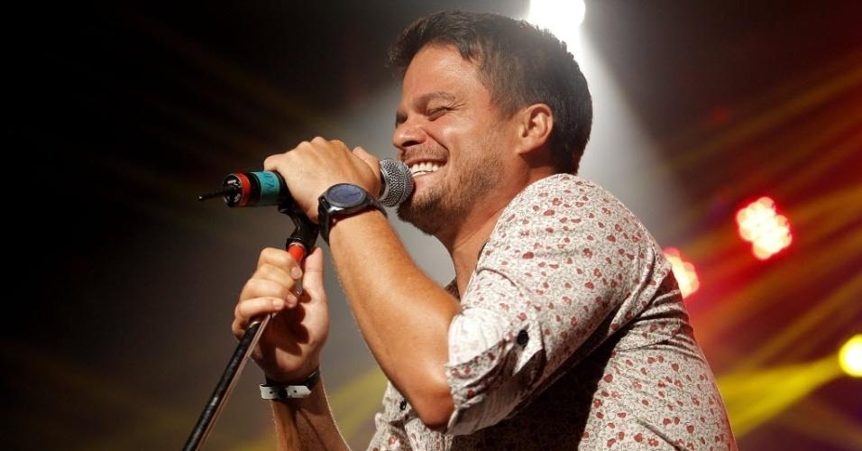 6.fev.2015 - Bruno Ceará e o Samba de Santa Clara fazem a festa no CarnaUOL, no Audio Club, na Barra Funda, zona oeste de São Paulo, na noite desta sexta-feira