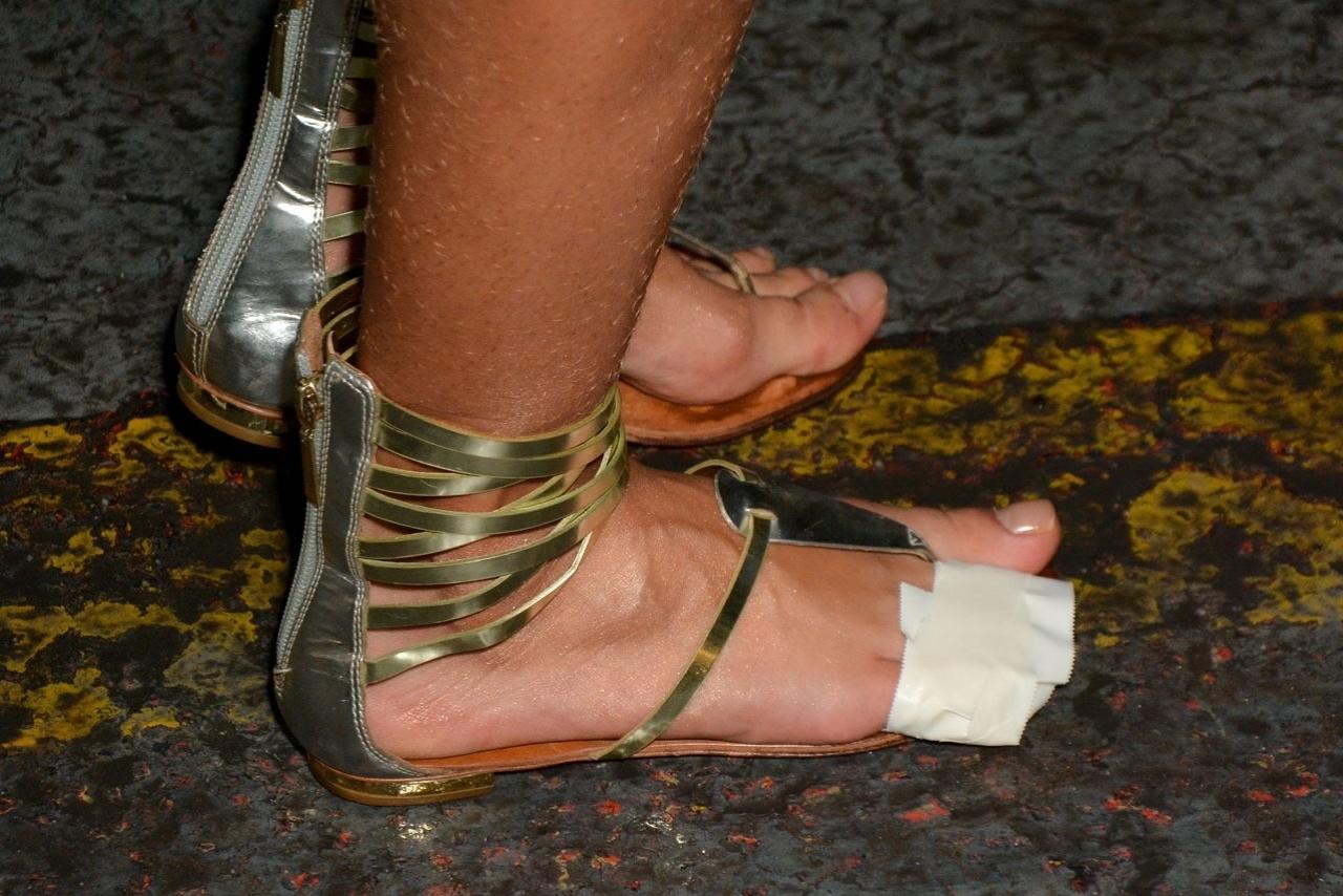 6.fev.2015 - Detalhe do pé direito machucado de Juju Salimeni no último ensaio técnico da Mancha Verde na noite desta sexta-feira, no Sambódromo do Anhembi, zona norte de São Paulo