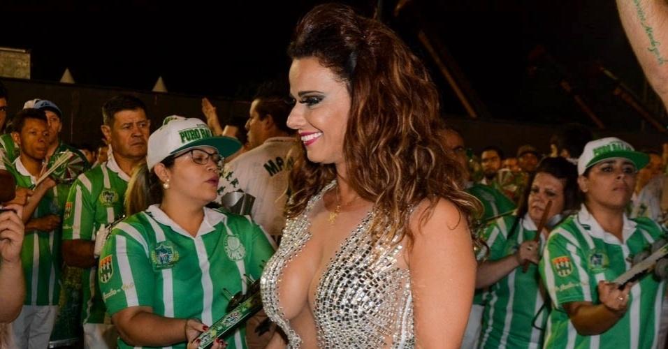 6.fev.2015 - Rainha de bateria, Viviane Araújo cumprimenta seus súditos no último ensaio técnico da Mancha Verde na noite desta sexta-feira, no Sambódromo do Anhembi, zona norte de São Paulo