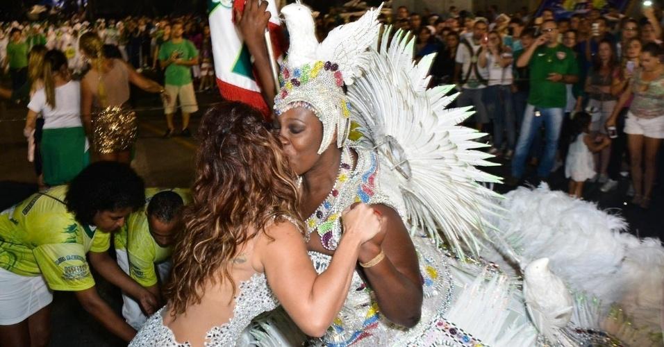 6.fev.2015 - Viviane Araújo cumprimenta porta-bandeira no último ensaio técnico da Mancha Verde na noite desta sexta-feira, no Sambódromo do Anhembi, zona norte de São Paulo