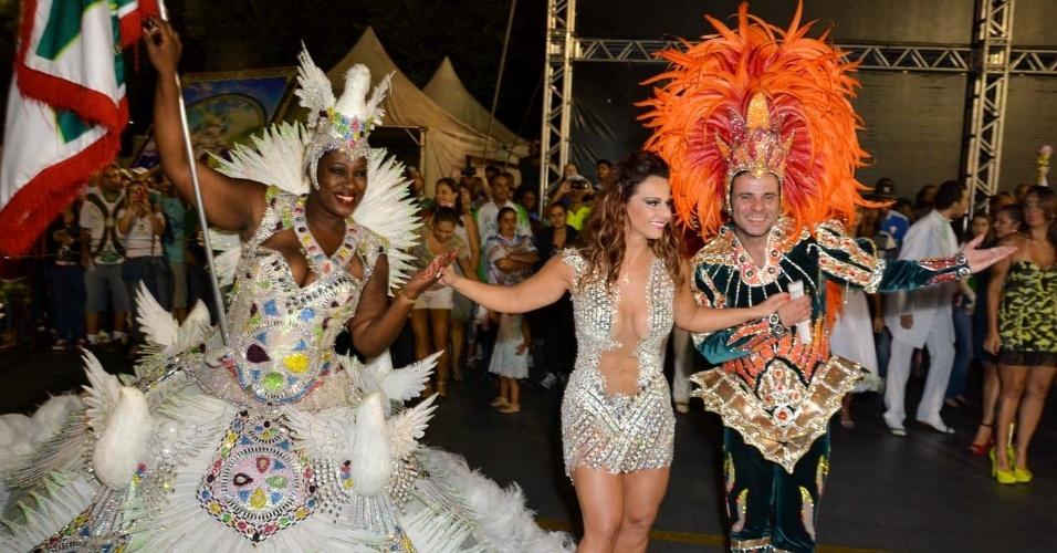 6.fev.2015 - Viviane Araújo é apresentada pelo mestre-sala e pela cumprimenta porta-bandeira no último ensaio técnico da Mancha Verde na noite desta sexta-feira, no Sambódromo do Anhembi, zona norte de São Paulo