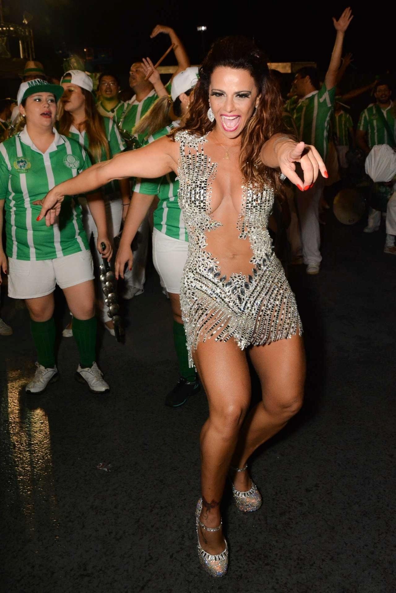 6.fev.2015 - Viviane Araújo se diverte no último ensaio técnico da Mancha Verde na noite desta sexta-feira, no Sambódromo do Anhembi, zona norte de São Paulo